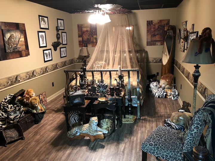 SAFARI room with games! 150 acres of farm land