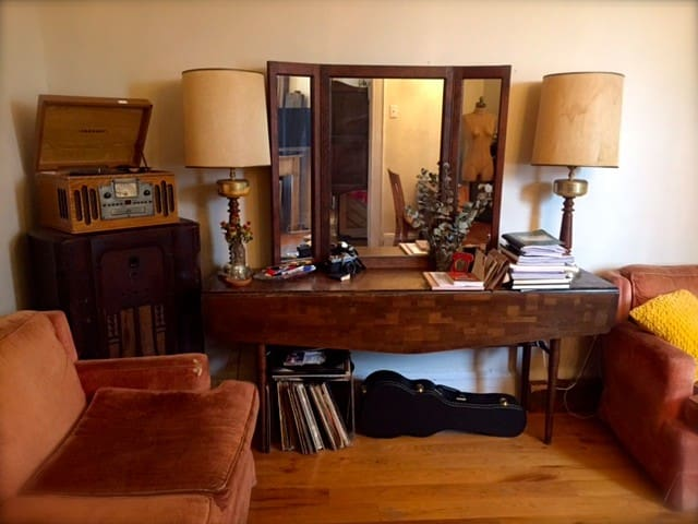 WoodyAllen FilmSet-Like Digs (Room)