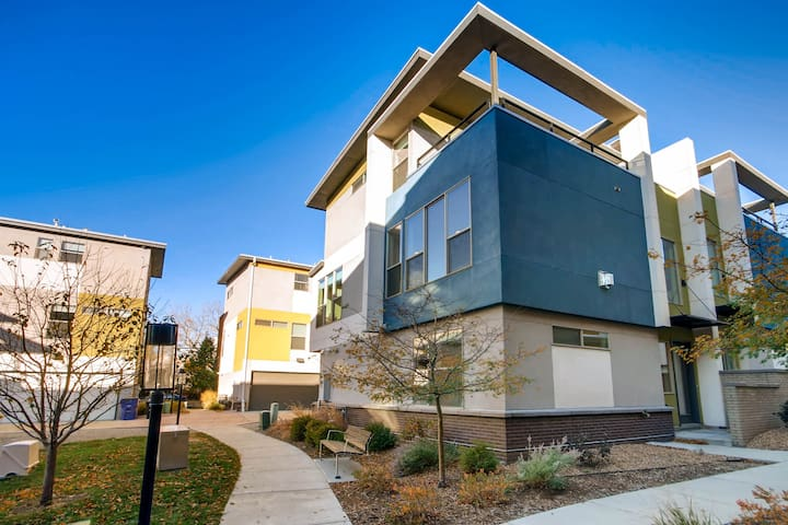 Exceptional Jefferson Park Townhome
