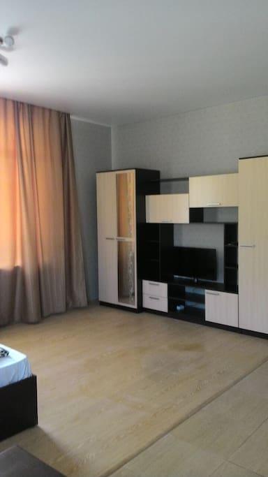 Телевизор в стенке.