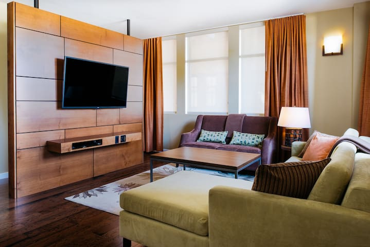 Two Thirty-Five Luxury Suites: Orchard Suite