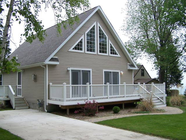 Elston Peaceful Cottage with Lake view sleeps 6!