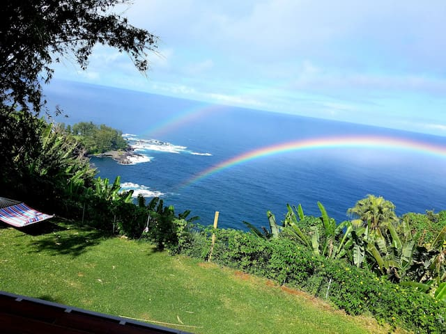 Hamakua Sea Cliff BnB, Master bedrm private bath
