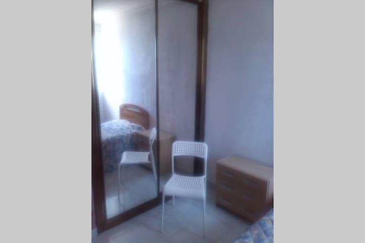 Habitación individual con armario empotrado. - Madrid