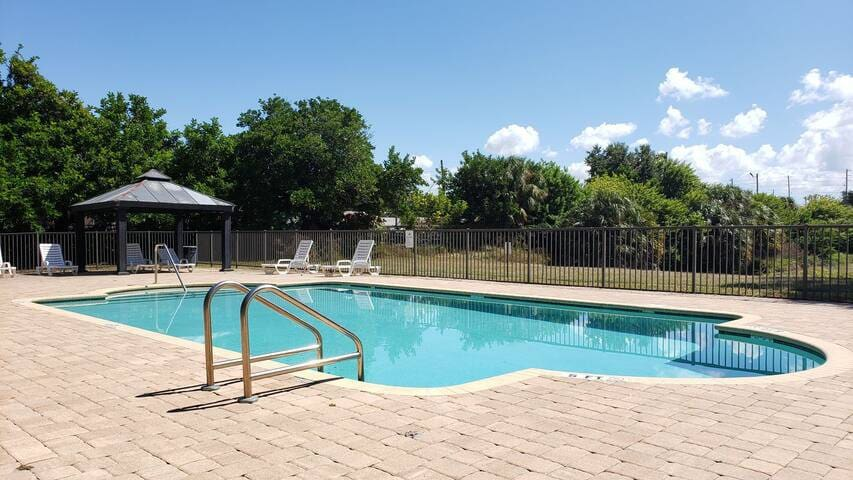 Minutes to Clearwater Beach 24/7 Pool  Large Condo