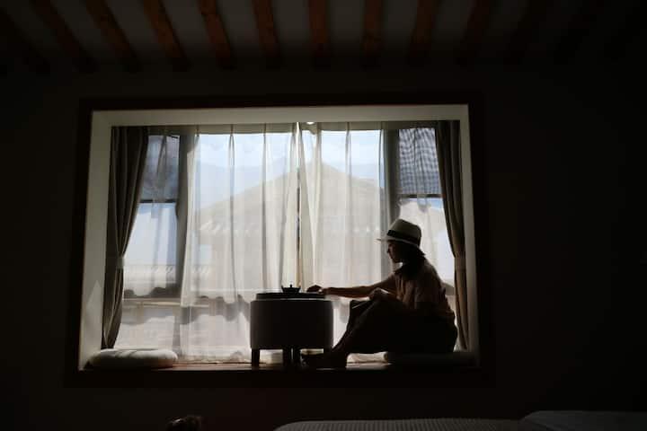 大理古城洱海门,人民路有绿植环绕的院子,楼顶观景台。带大露台,飘窗,阳光超好的榻榻米大床房(云兮)