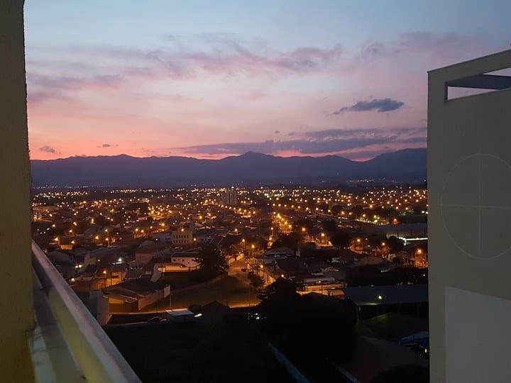 Centro WIFI-Netflix, 2qtos, 2wcs, 2 vagas cobertas