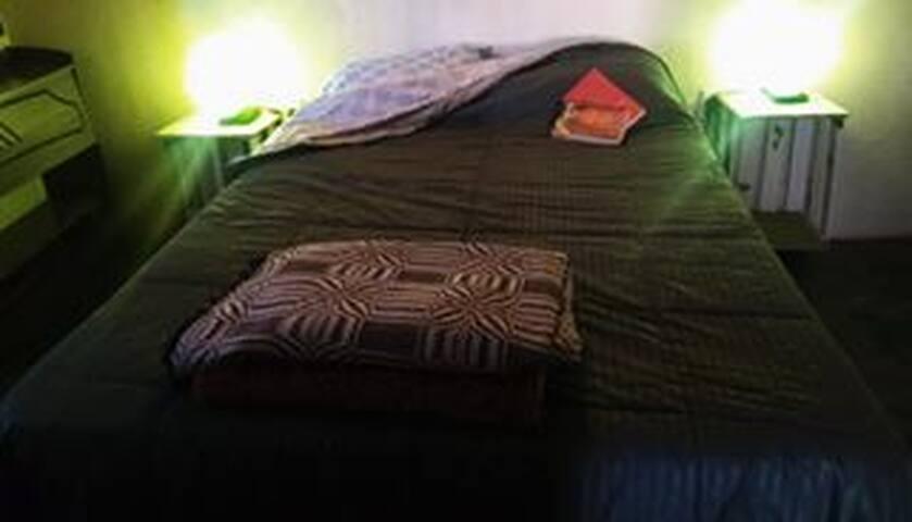 o casal na suite, tem TOMADA EXCLUSIVA e luminária artesanal em cada lado.