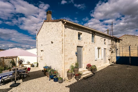 150 years old  cosy stone Cottage in Charante.