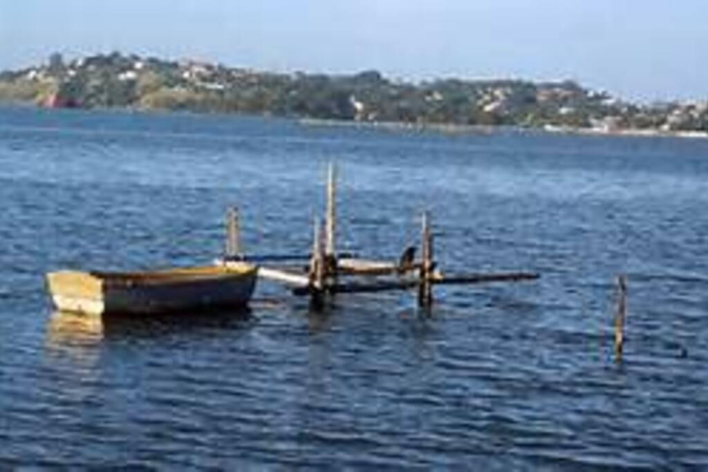 O condominio fica do lado da Lagoa de Saquarema.