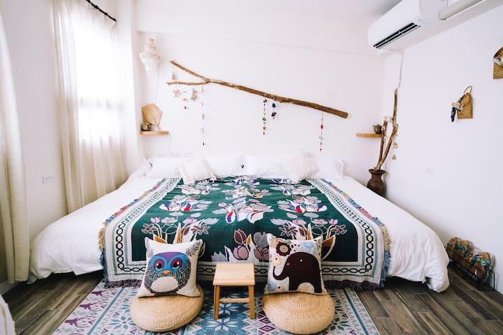 兩張雙人床,以南洋風及波希米亞風格裝飾而成!