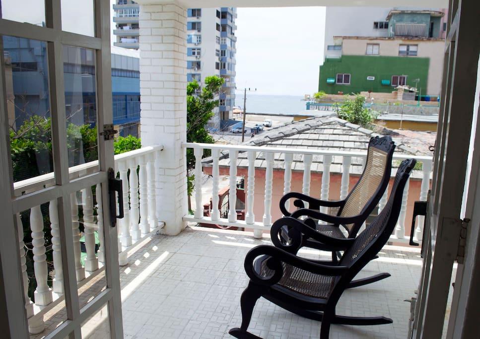 """Apartamento situado en el Vedado, La Habana, Cuba próximo a la Avenida Paseo y el espectacular """"Malecón Habanero"""". Es una zona muy tranquila y segura que brinda gran hospitalidad Sus anfitriones somos una pareja joven, bien preparada y ansiosos de que compartan su experiencia en nuestro alojamiento"""