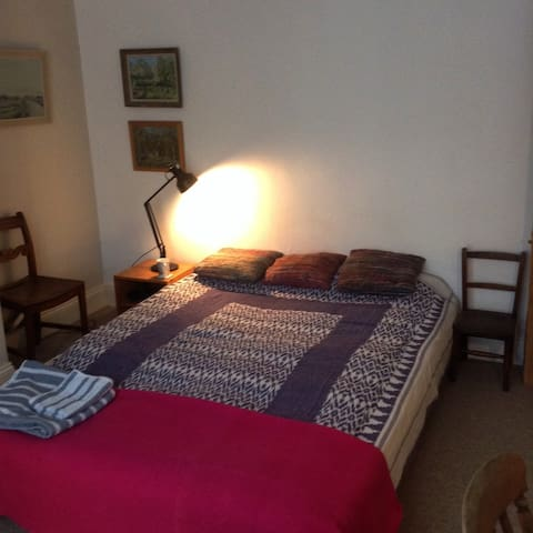 Quiet double room close to Gloucester Rd BS7