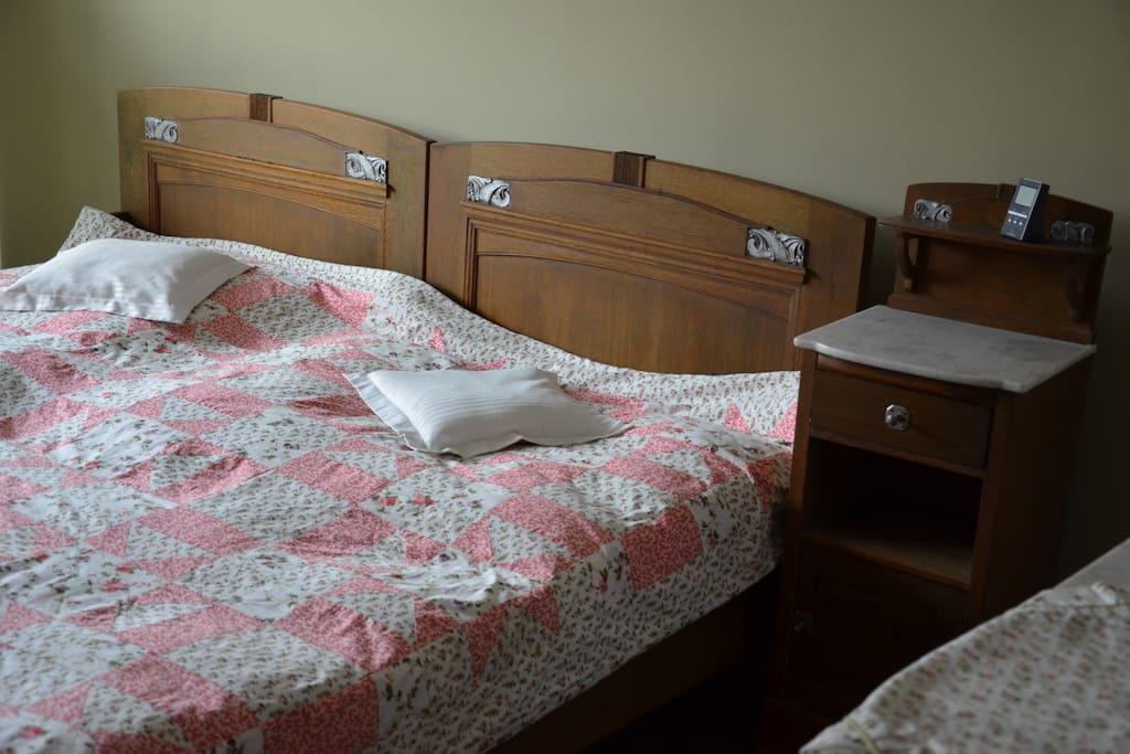 das Schlafzimmer mit Betten im Jugenstil