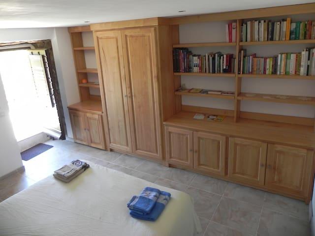 Placards et bibliothèque en châtaignier
