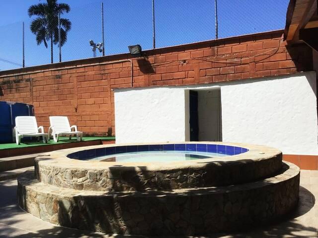 Zona húmeda. Jacuzzi y piscina al fondo.