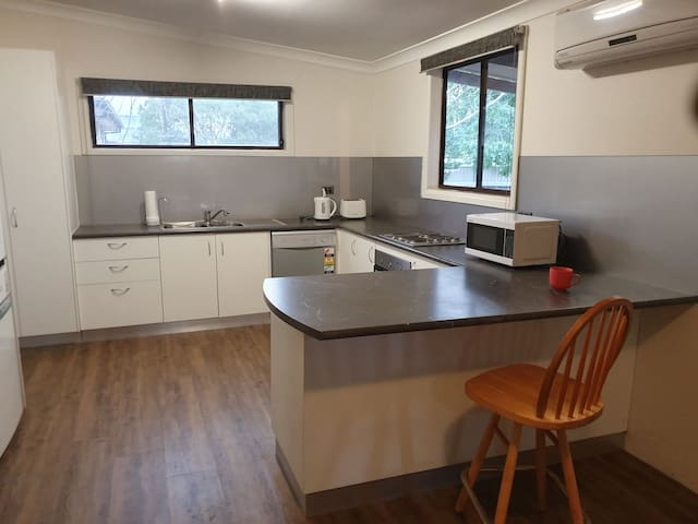 Cosy unit  next to Dubbo Show Ground.