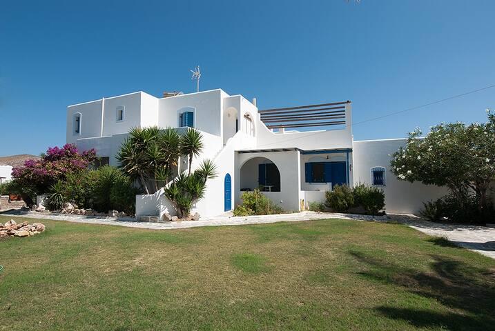 Sea front property in Livàdia Paros