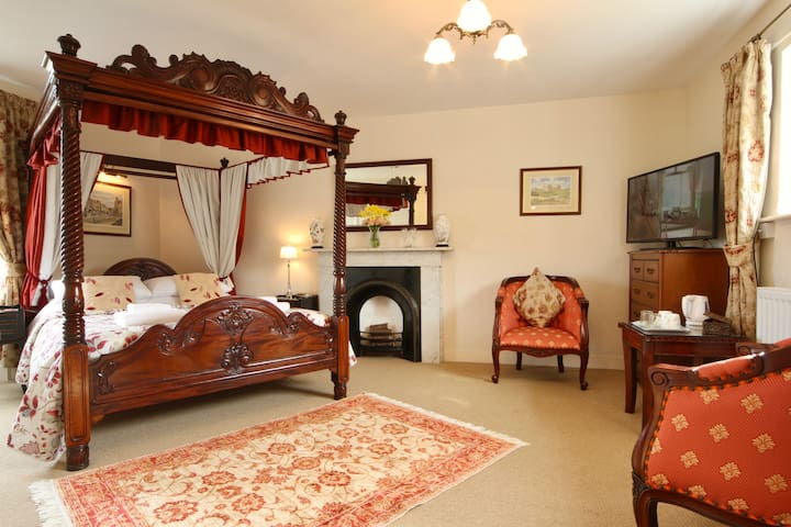 The Old Vicarage 4* B&B, 4 Poster King Size bed