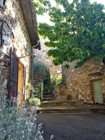L'Oustalou d'Aouzedos - côté four à pain - Saint-Pons-de-Thomières