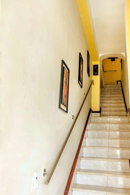 Escalera de acceso al apartamento independiente