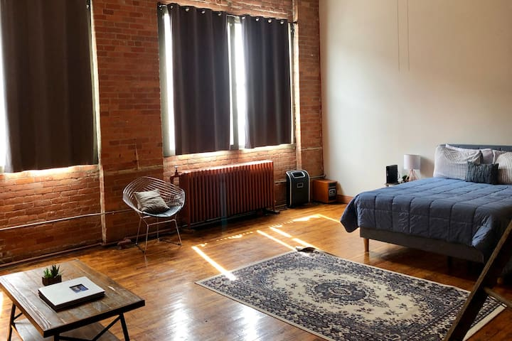 ★Close to it all!Cozy, Spacious Loft.Free Parking!