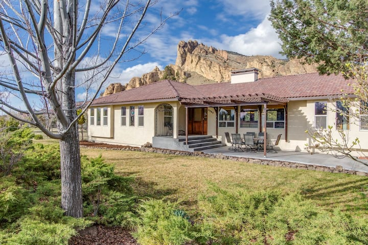 Riverfront with stunning views and private hot tub near Smith Rock State Park!