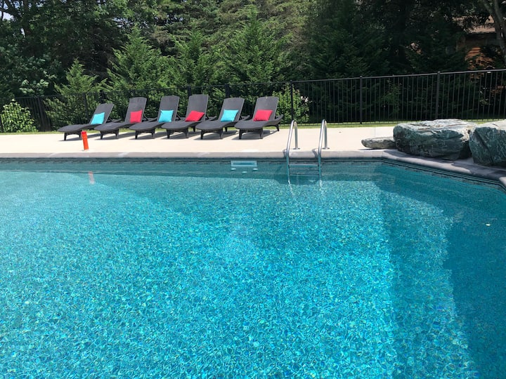 Park Like Grounds with Pool and Hot Tub, Sleeps 10