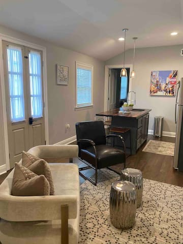 Luxury Uptown Space - 2 blocks to St Charles Ave!