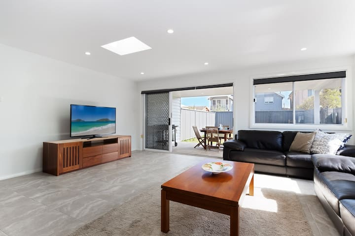 'Birubi Breezes', 2/7 Fitzroy St - Large Duplex with Air Conditioning, WIFI & only 5 minute walk to the beach