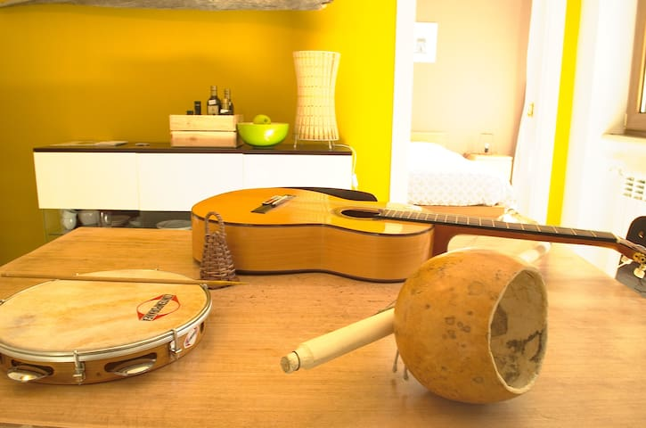 A music session with a brasilian guest. Traditional music from Salento and Capoeira