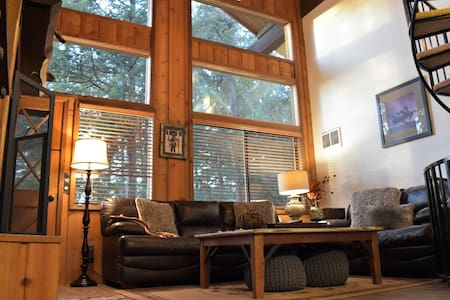 Cozy 3-Level Condo Nestled In The Cedars-Sleeps 8