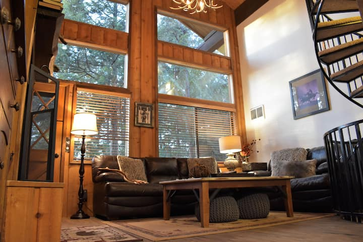 Cozy 3-Level Condo Nestled In The Cedars-Sleeps 8