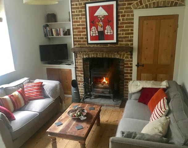 Cosy cottage, 5 mins to beach, Wifi and Parking