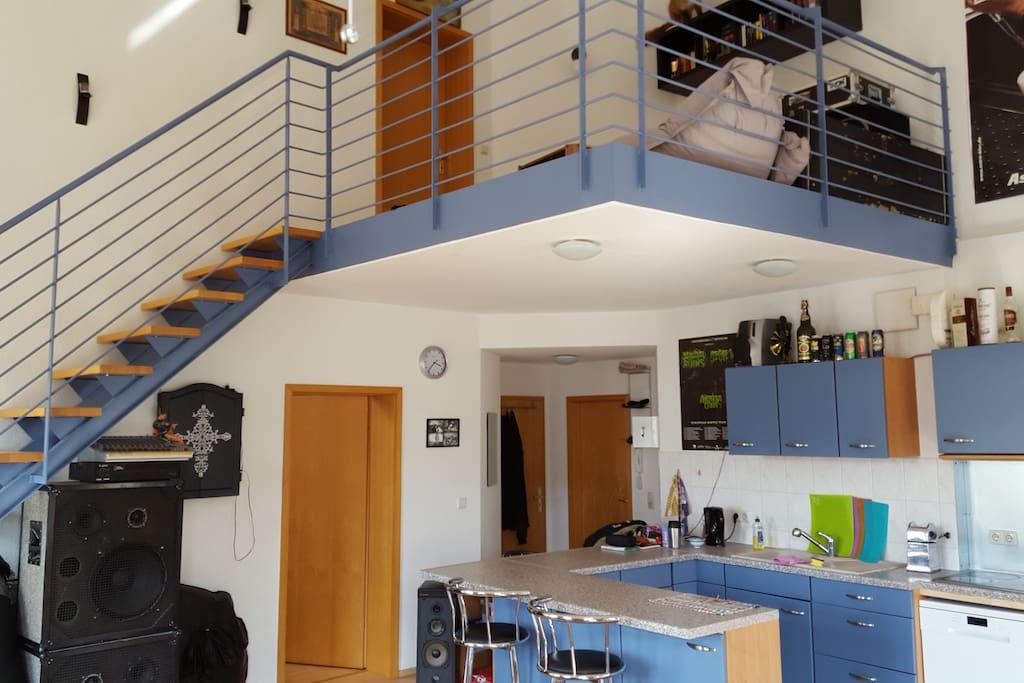 Wohnküche mit Bar und Zugang zur Gallerie