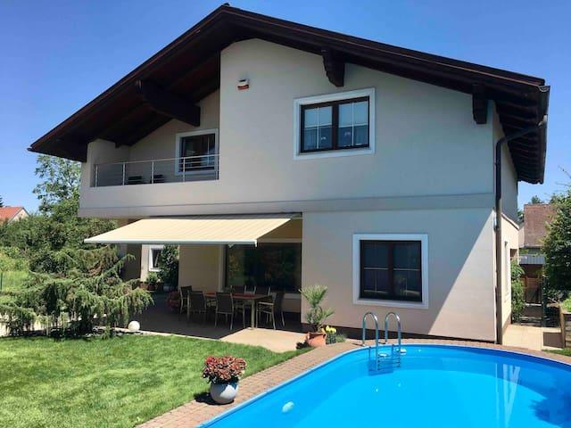 Private 80 m2 Wohnung mit Pool im Grünen