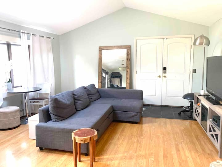 Quiet & Cozy near West Hartford (Females only)