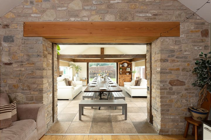 Bramley Barn near Bath + Hot tub (sleeps 4)