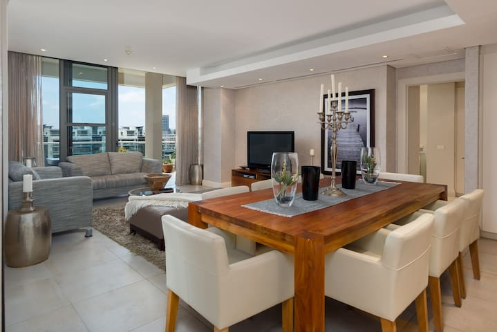 Complete Luxury in this V&A Waterfront Apartment!