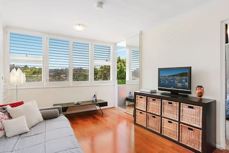 Tidy 1BDR w/ pool & water views - Kurraba Point