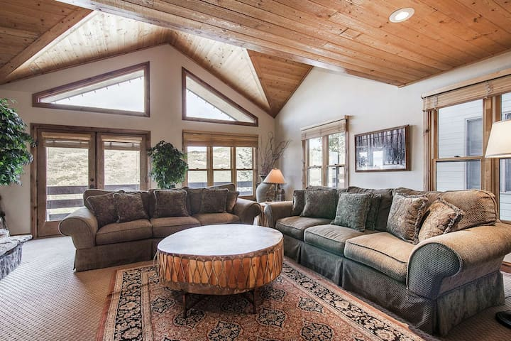 *FREE SKI RENTAL* Luxury Ski-In Home, 1/2 Block to King's Crown Lift! 2 Master Suites, Loft, Hot Tub