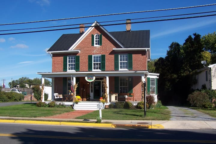 Historic 1881 Main Street Purcellville Home - Purcellville - Talo
