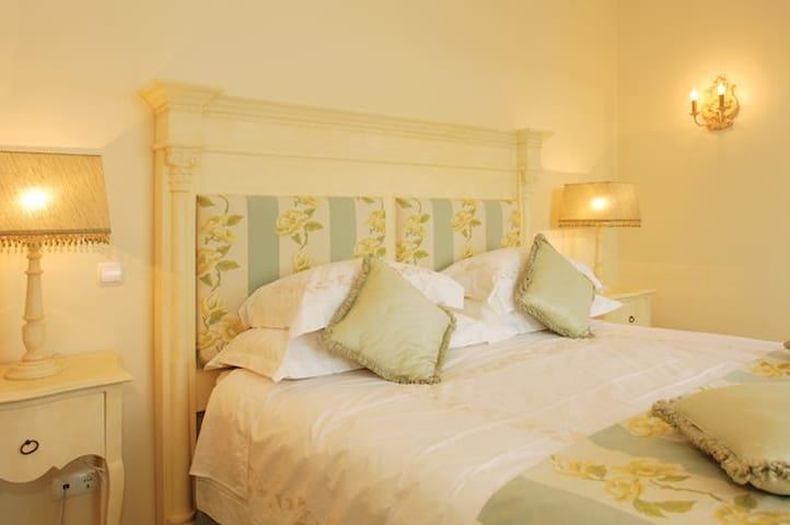 QJ's Carolina - Luxury Bed and Breakfast
