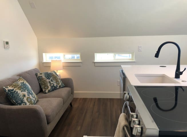 Clean+Bright Highlands Apt- Close to Everything!