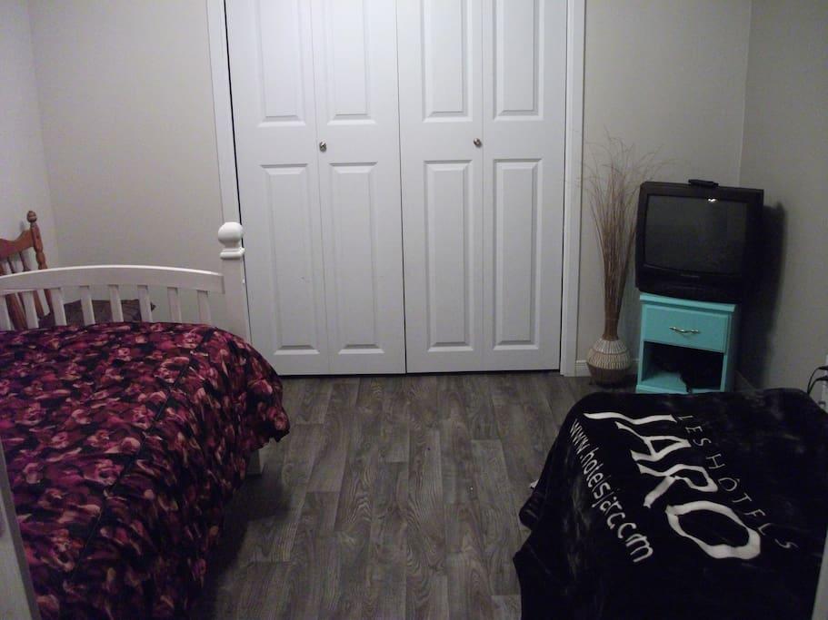 2e chambre- un lit simple pour enfant et un matelas gonflable simple avec télévision câblé