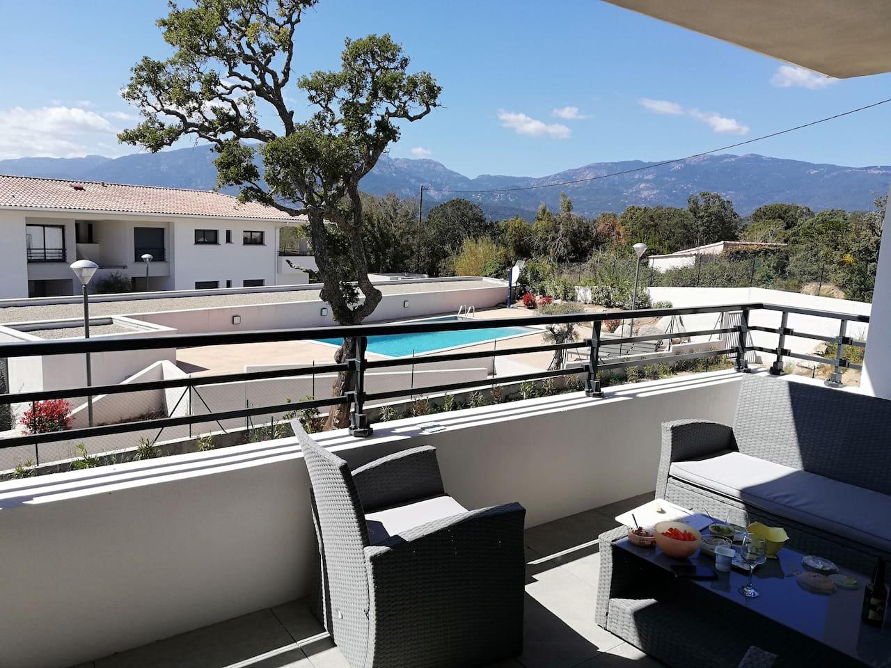 profitez de notre grande terrasse, tout équipée, pour vous relaxer, manger ou prendre l'apéritif  en ayant une vue sur la piscine de la résidence