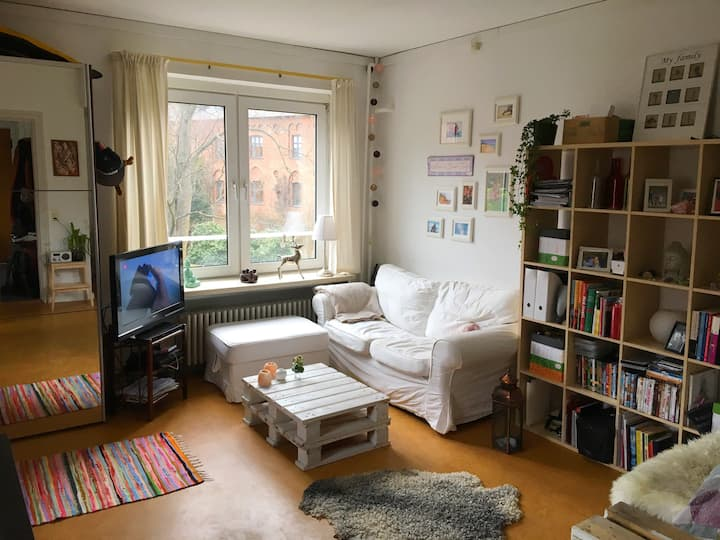 Cozy apartment beside park, metro and shops!!