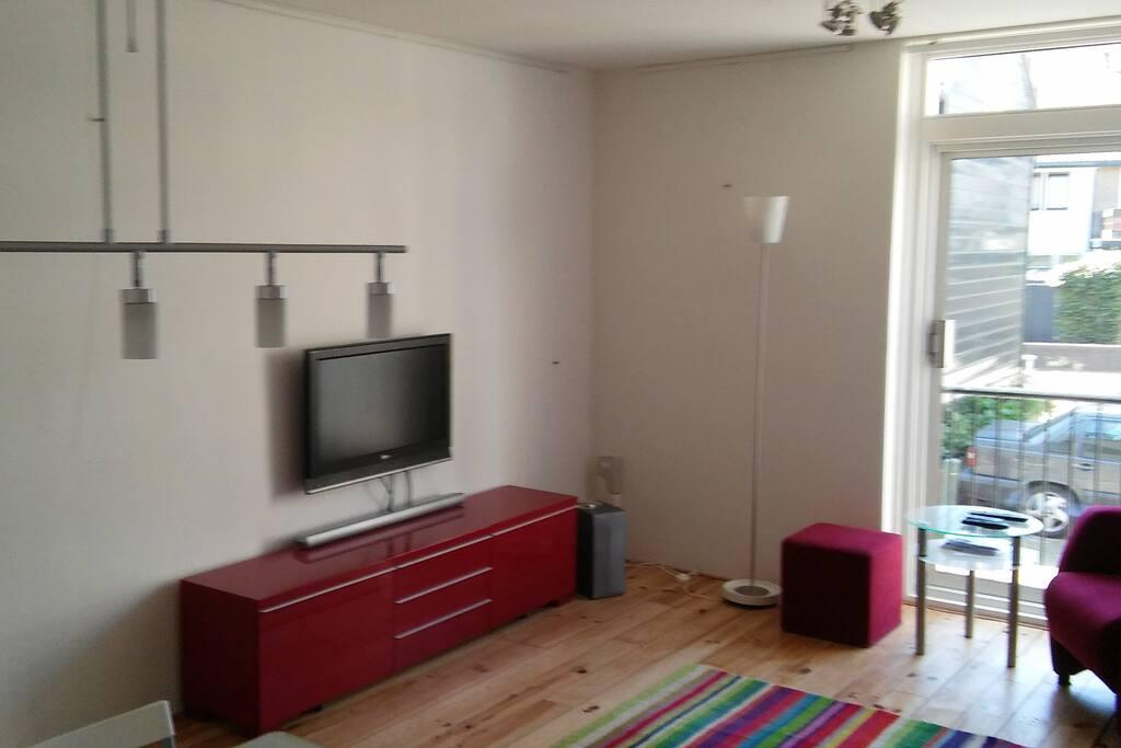 Huiskamer met TV en soundbar