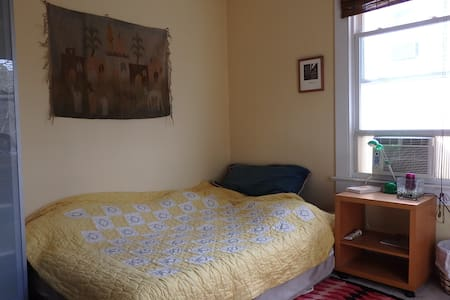 friendly and simple + close to DC 2 - Brentwood - House