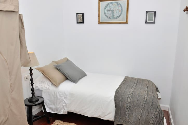 Bedroom with charm Vila de Gracia 1
